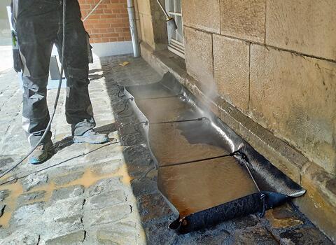 KaGe-Auffangewanne nicht selbststehend zur Fassadenreinigung im Praxiseinsatz