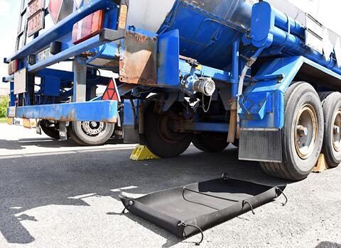KaGe-Auffangewanne selbststehend beim Ab- und Umfüllen von Flüssigkeiten oder Schüttgut